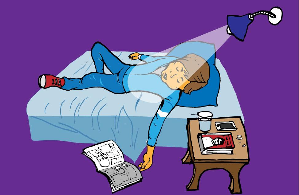 Pål ligger och sover i sängen med lampan tänd och en bok har fallit ner på golvet